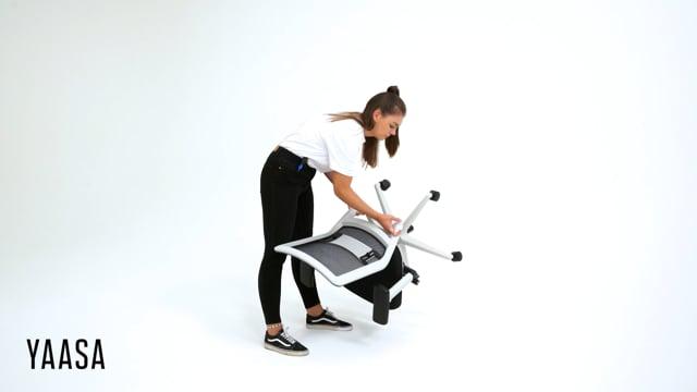 Um deinen Yaasa Chair mit unseren speziellen Hartbodenrollen nachzurüsten, braucht es nur wenige Handgriffe. Im Video zeigen wir dir Schritt für Schritt, wie du die Bürostuhlrollen an deinem Yaasa Chair einfach und bequem austauschen kannst.