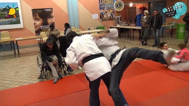 DECIZE FAIT SA TELE au TELETHON 2017 à Decize avec le judo Club Decizois  , Christophe s' éssaie au judo avec Brio!
