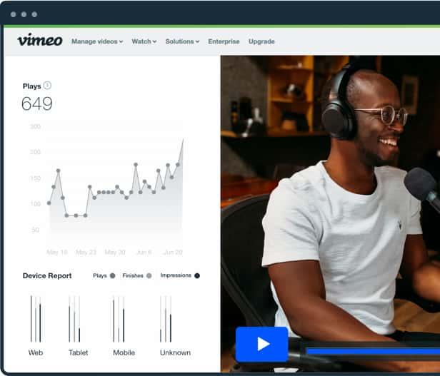 视频分析界面和男子用耳机笑