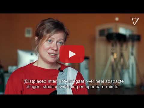 In dit filmpje legt Elly Van Eeghem uit hoe (Dis)placed Interventions tot stand kwam.
