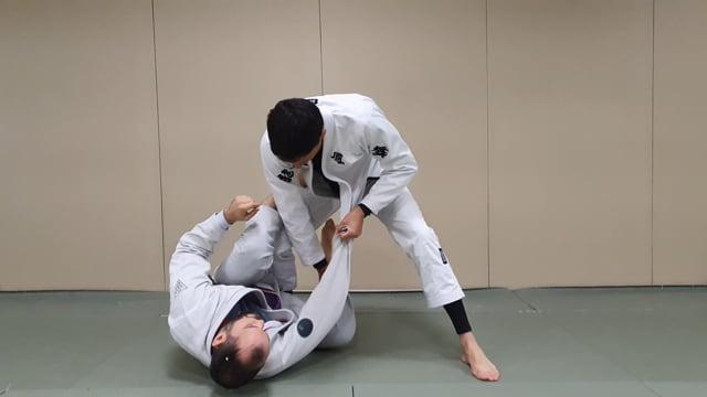 Passage de garde en knee slide quand l'adversaire attaque le lapel pour chercher la worm