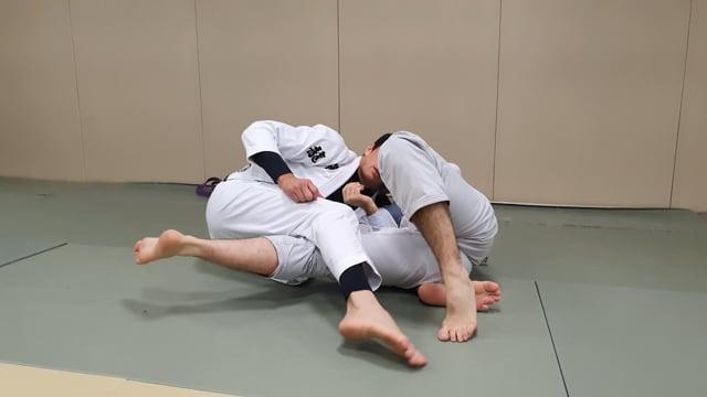 Passage de lapel lasso en passant la jambe dessus