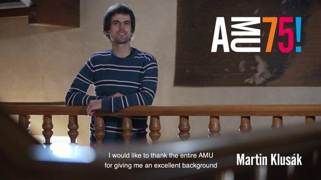 V dnešním videu AMU přeje Martin Klusák, který je úspěšným absolventem hned dvou fakult. Na FAMU vystudoval zvukovou tvorbu, na HAMU pak skladbu u prof. Ivany Loudové. V současnosti je úspěšný sound-designer, který složil hudbu například k celovečernímu dokumentárnímu filmu HBO Velká noc (2013) nebo k polskému snímku Cesta do Říma (2015).