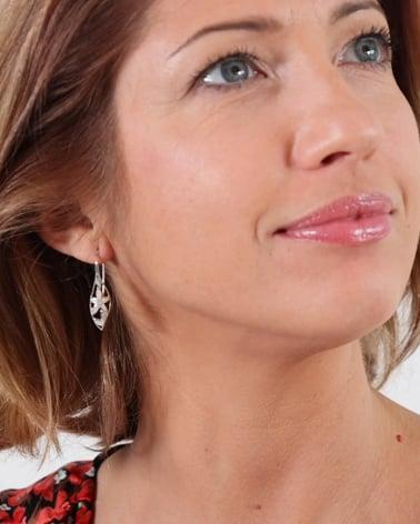 Vídeo: Boucles d'oreille Nacre Blanche motifs pétales de Fleurs Argent 925 millième rhodié