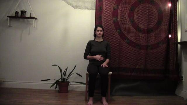 Yoga sur chaise 2 : Respiration et tronc