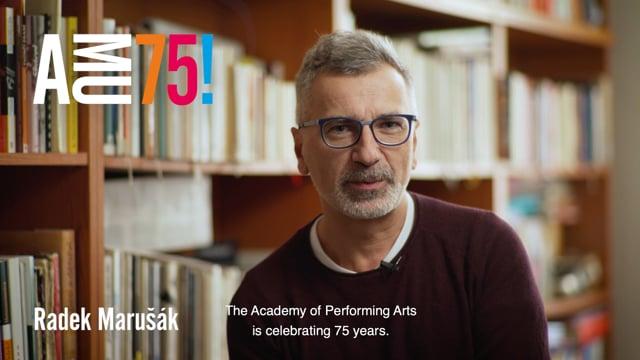V dnešním videu přeje AMU k 75. narozeninám vedoucí jedné z nemladších kateder DAMU Radek Marušák. Katedra výchovné dramatiky se věnuje přípravě profesionálů, jež využívají postupy dramatické výchovy v nejrůznějších typech školských a edukačních institucích.