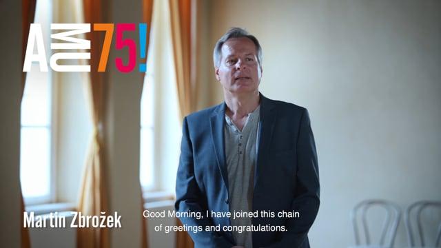 Martin Zbrožek na HAMU vyučuje na Katedře jazzové tvorby a nonverbálního divadla. Podívejte se na jeho videopřání, v němž AMU do dalších let přeje hlavně svobodné, čisté ovzduší.