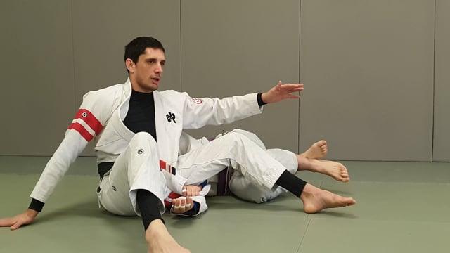 Passage en knee slide sur demi garde avec lapel, inversion des hanches