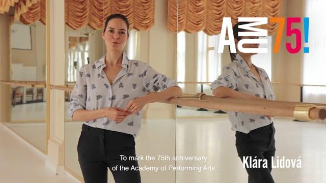 Z tanečního sálu, který patří k jedněm z nejimpozantnějších palácových prostor HAMU, posílá přání tanečnice, choreografka, herečka a pedagožka Klára Lidová.