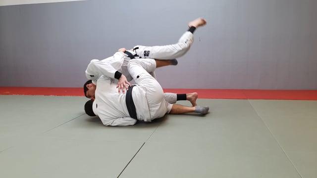 Passage de garde papillon quand l'adversaire tente de renverser
