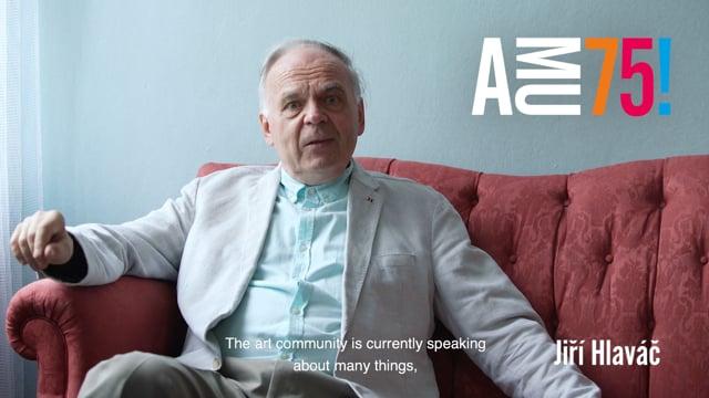 Jiří Hlaváč je klarinetista, saxofonista, hudební skladatel a pedagog působící na Katedře dechových nástrojů HAMU. AMU k jejímu 75. výročí přeje hlavně velkorysost, empatii, noblesu a také neutuchající uměleckou invenci.