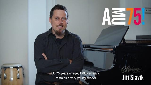 Kontrabasista Jiří Slavík žil bezmála čtrnáct let v zahraniční, přesto však je jeho jméno na české jazzové scéně významným pojmem. Nyní působí jako vysokoškolský pedagog na HAMU a JAMU, kde zúročuje své bohaté zkušenosti z Itálie, Anglie, Francie a spolupracuje s předními českými jazzovými soubory. Ve svém videopřání AMU přeje mimo jiné to, aby byla schopná neustále reflektovat mladý svět, který má a bude mít velký dopad na uměleckou činnost pedagogů.