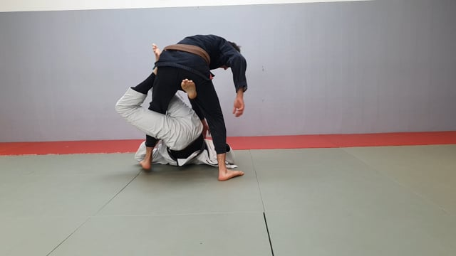 Renversement en single X quand l'adversaire essaie d'enlever le pied à la hanche