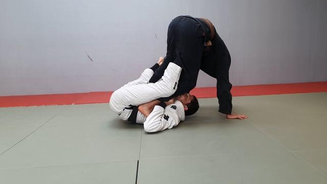 Renversement en single X avec le pied sur la ceinture quand l'adversaire se penche en avant