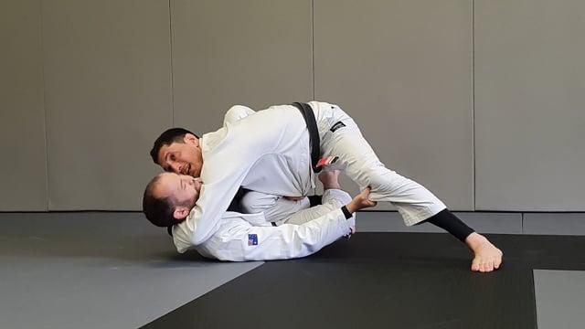 Passage en knee slide avec la main au milieu quand l'adversaire tient le lapel entre les jambes
