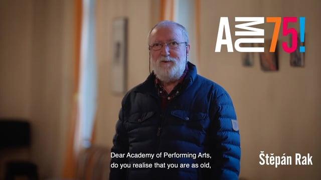 Profesor Štěpán Rak je kytarový virtuos, významný český skladatel a profesor Hudební a taneční fakulty, kde v roce 1982 založil obor kytary a umožnil tak její studium na vysokoškolské úrovni. Pan profesor se těší stejnému významnému výročí jako AMU – oběma je shodně krásných 75 let.