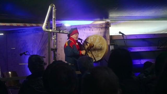 3 – Niiles-Jouni Aikio on the stage of Vuohču Sámi Márkanat performing Áillohaš joik