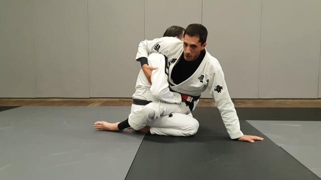Renversement avec les hanches en garde fermée (hip bump)