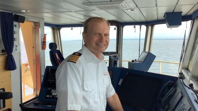 Skibsfører Lars Erik Darville giver signal med hornet på I/F POUL LØWENØRN.