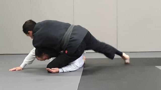 Prise de dos sur un adversaire en tortue qui ouvre ses bases