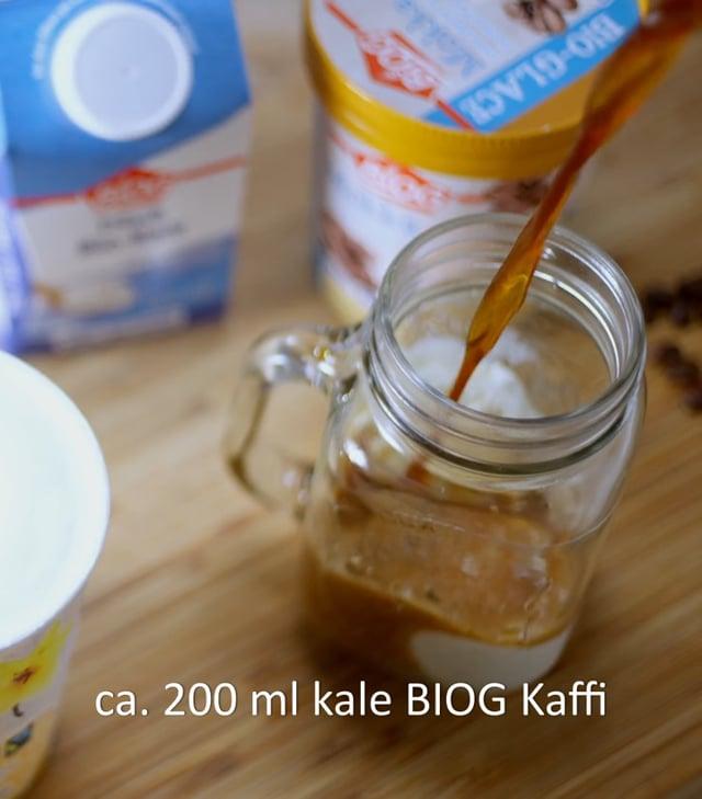 """Unser Rezept für Eiskaffee oder Café glacéCa. 200 ml kalter BIOG Kaffee oder Espresso (je nach gewünschter Stärke)2 Kugeln BIOG VanilleeisBIOG Schlagsahne nach Belieben1) Kaffee kochen, abkühlen lassen und anschließend kaltstellen.2) Sahne steif schlagen.3) Vanilleeis in ein hohes Glas geben und mit dem kalten Kaffee auffüllen.4) Sahne darauf geben und mit Kakao bestäuben.TIPP: Für Espresso-Fans empfehlen wir den italienischen """"Affogato"""". Dafür 1 Kugel Vanilleeis mit frisch gekochtem Espresso übergießen (und nach Belieben mit Schlagsahne servieren)."""