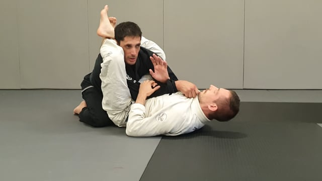 Défense en garde fermée quand l'adversaire monte ses jambes et menace en clé de bras