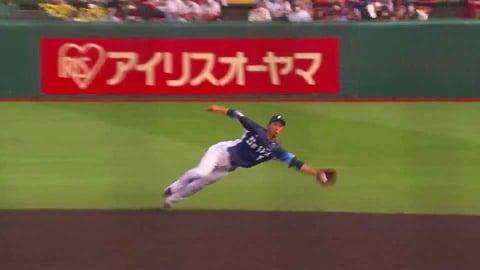 【5回裏】ライオンズ・外崎 不規則な打球をナイスキャッチ!! 2021/7/10 E-L