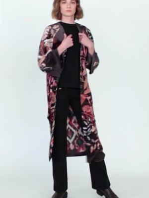 Vídeo: COAT LAURA SINHARAJA VELVET