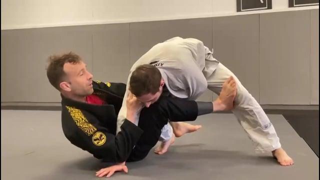 Attaque en triangle quand l'adversaire défend le renversement en sit up bras croisé