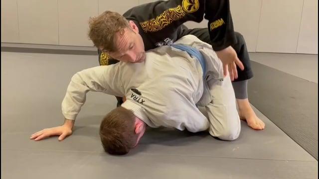 Prise de dos quand l'adversaire défend le renversement en sit up bras croisé