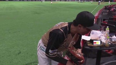【6回裏】ファイターズ・西川 スタンドに入りそうなファウルゾーンへの打球をジャンピングキャッチ!! 2021/8/15 H-F