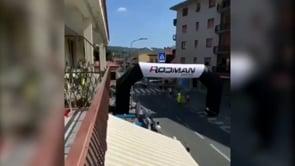 Auto spunta all'improvviso sul percorso di gara: 4 ciclisti feriti in un clamoroso incidente nella Granfondo delle Alpi Liguri