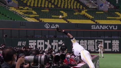 【3回表】ホークス・リチャード 客席に飛び込む気迫のプレーを見せる!! 2021/9/15 H-M