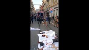 Le manifestazioni del personale sanitario contro l'obbligo vaccinale in Francia