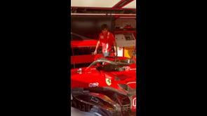 Carlos Sainz ha difficoltà ad entrare nella sua Ferrari, Khaby Lame gli mostra come fare