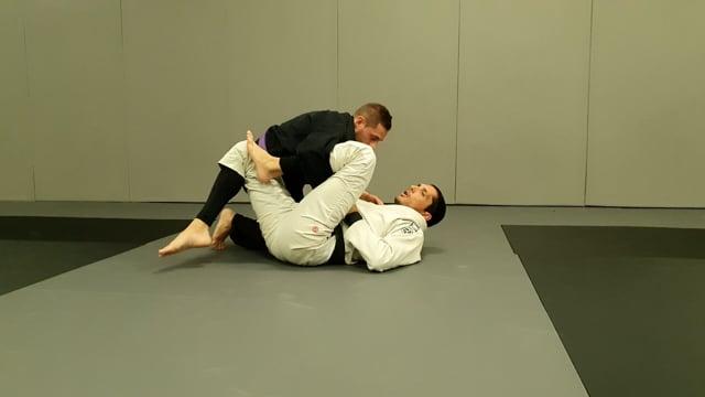 Renversement basique en garde lasso quand l'adversaire essaie de passer la garde