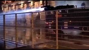 Proteste contro il Green Pass, la polizia usa il cannone ad acqua a Berna