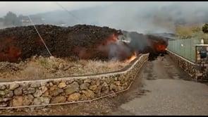La lava del vulcano Cumbre Vieja si avvicina alle case