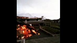 La lava del vulcano Cumbre Vieja raggiunge le case sull'isola di La Palma