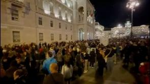 Migliaia di persone si riuniscono a Trieste per protestare contro il Green Pass