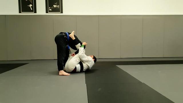 Omoplata en garde lasso contre un adversaire avec une posture haute