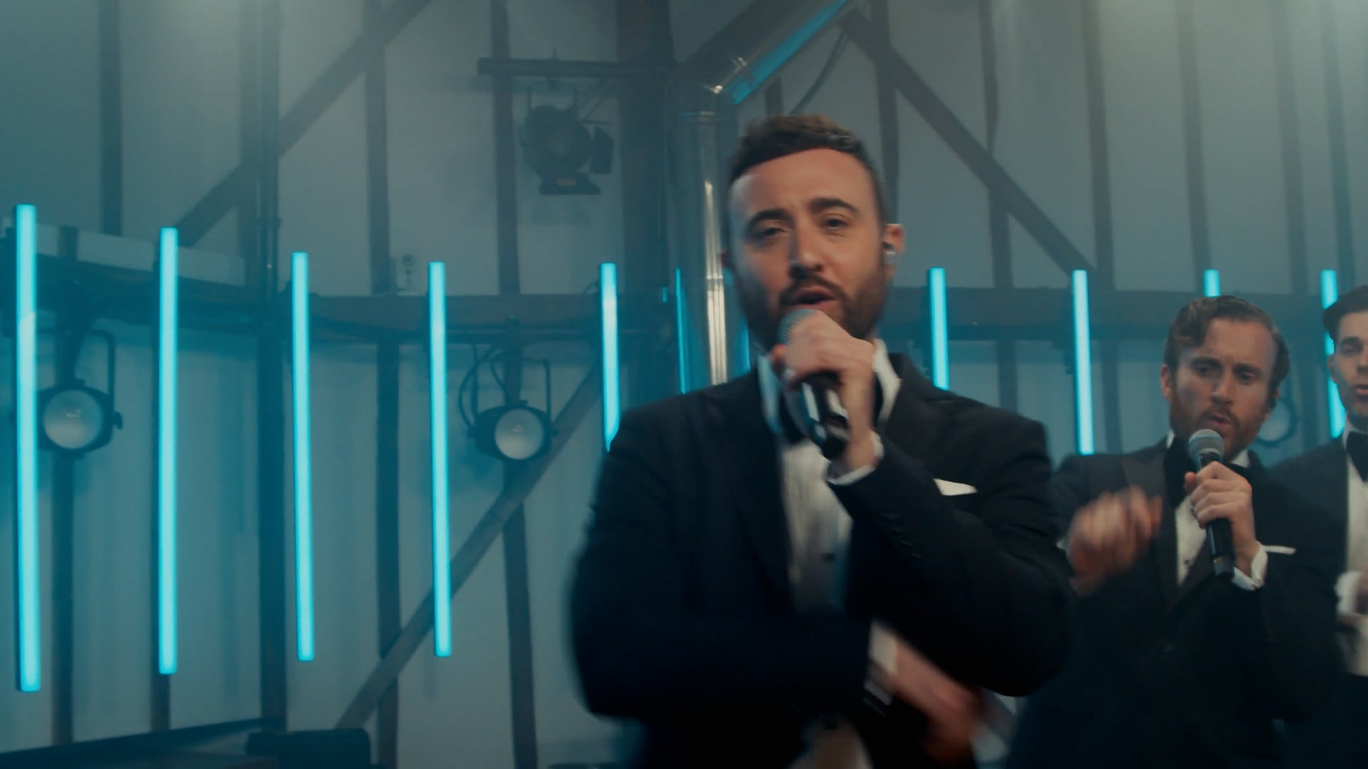 The Overtones | Love Really Hurts Wit...