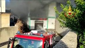 Le immagini del vasto incendio nella zona industriale di Sassari