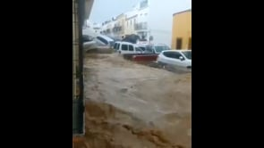 Piogge torrenziali in Spagna, auto ammassate nelle strade sommerse
