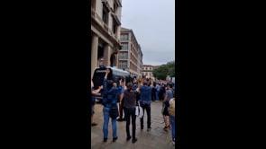 Manifestanti rompono il cordone della Polizia a Milano