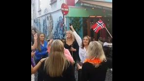 Giovani norvegesi ballano in strada per celebrare l'addio a tutte le restrizioni anti Covid
