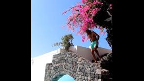 Tamberi show, il tuffo acrobatico in piscina