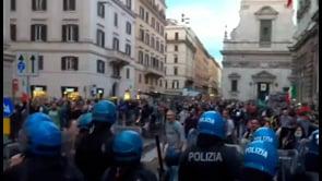 Proteste contro il Green Pass a Roma, la polizia utilizza gli idranti