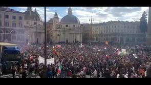 Le immagini della folla in protesta contro il Green Pass a Roma