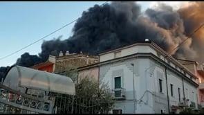 Maxi incendio in un deposito di plastica ad Airola, enorme nube di fumo